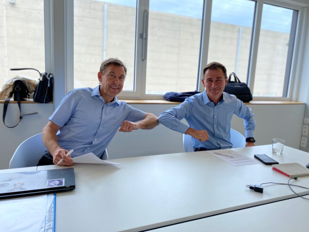 Dieter Therssen (left), CEO of DSP Valley, and Marc Schepers (right), director of Citylab, signing the merger official agreement regarding Smart Cities Vlaanderen.